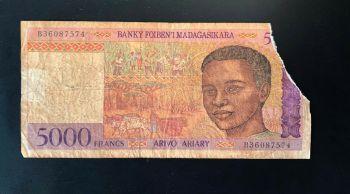 MADAGASCAR  5000 FRANCS 1995 P-78 UNC