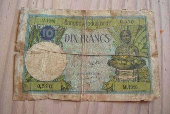 MADAGASCAR 500 FRANCS 1994 P 75 UNC
